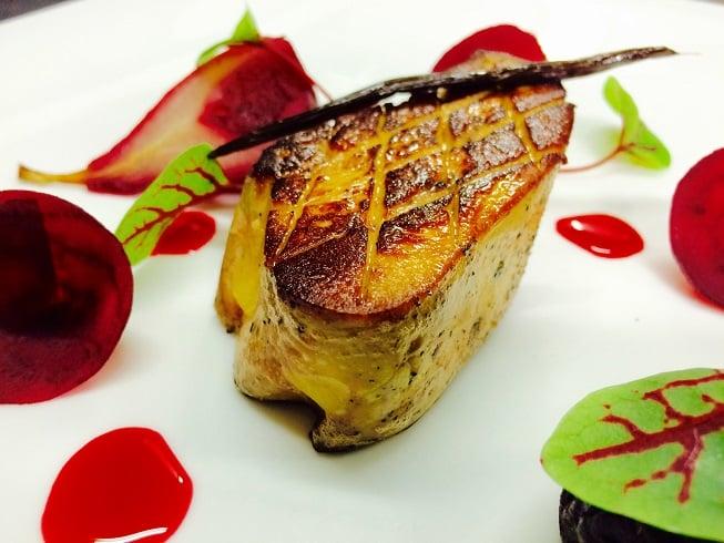 Foie gras de canard rôti, jus et fruits d'une sangria à la betterave